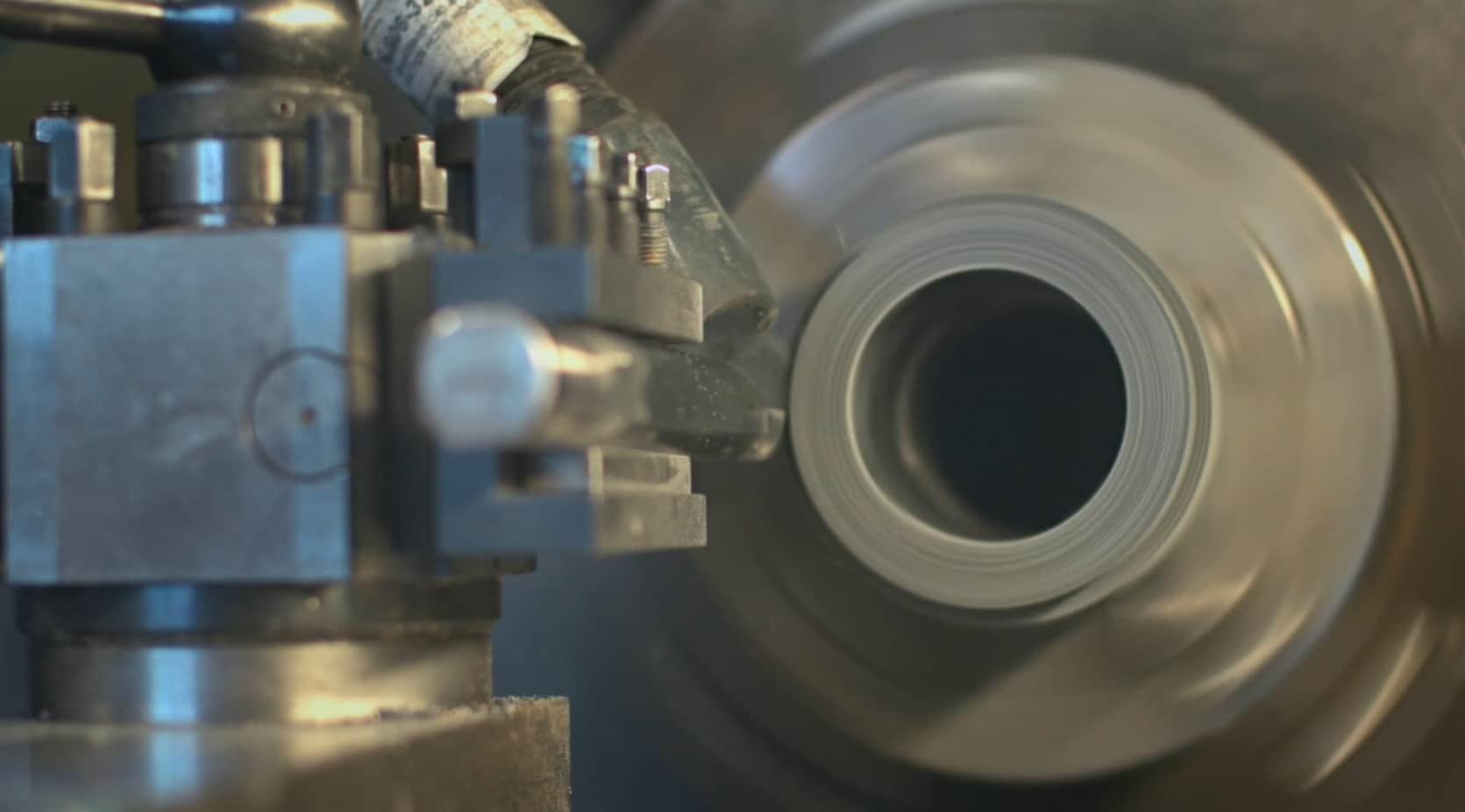 Foto van een product die machinaal bewerkt wordt