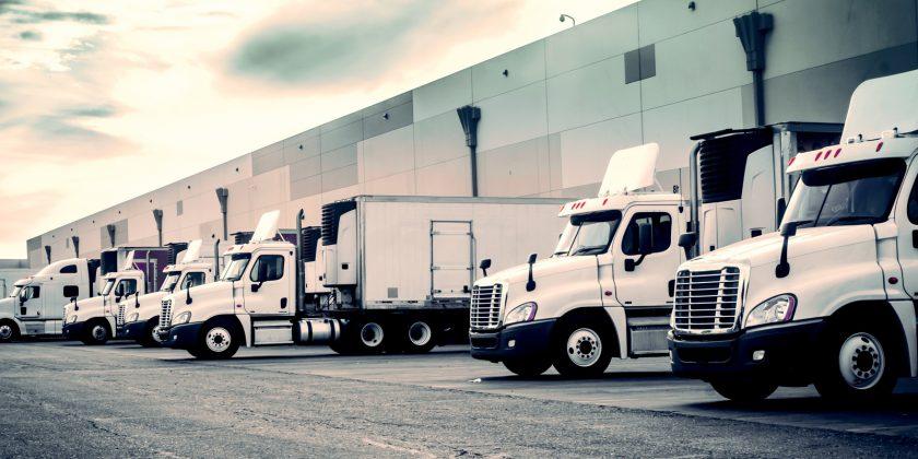 Vrachtwagens die het transport verzorgen door ELCEE
