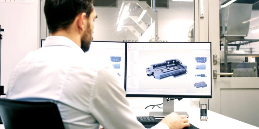 Engineer die een ontwerp aanpast van een product door ELCEE