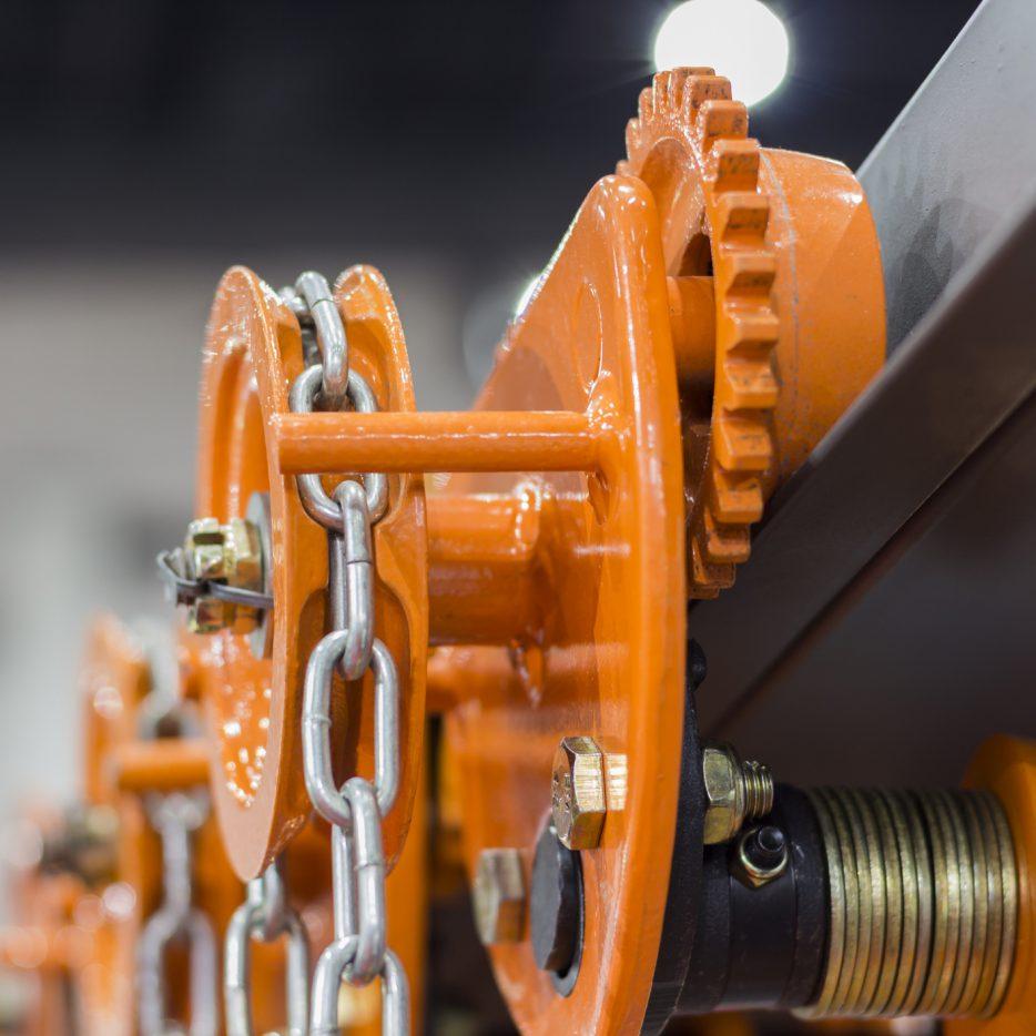 Constructie met oranje ketting van Röttgers Kette via ELCEE